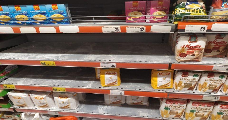 Македонците го разграбаа брашното од полиците по супермаркетите по информацијата за коронавирусот