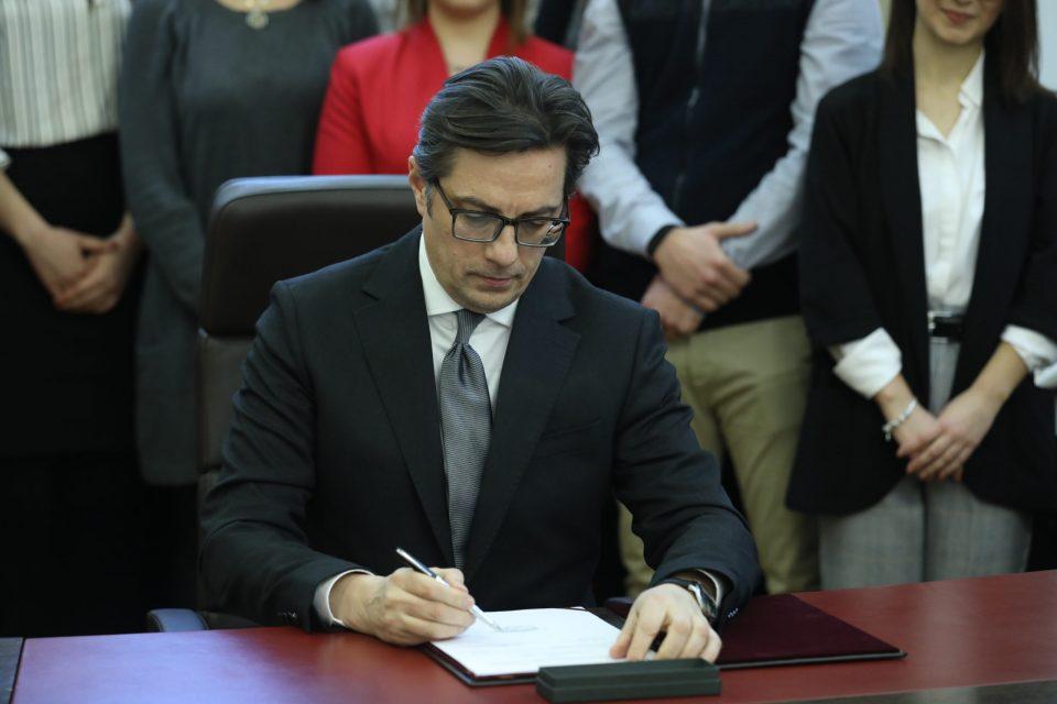Не чекаше ни еден ден: Пендаровски веќе ги потпиша законите за ЈО и Совет на јавни обвинители