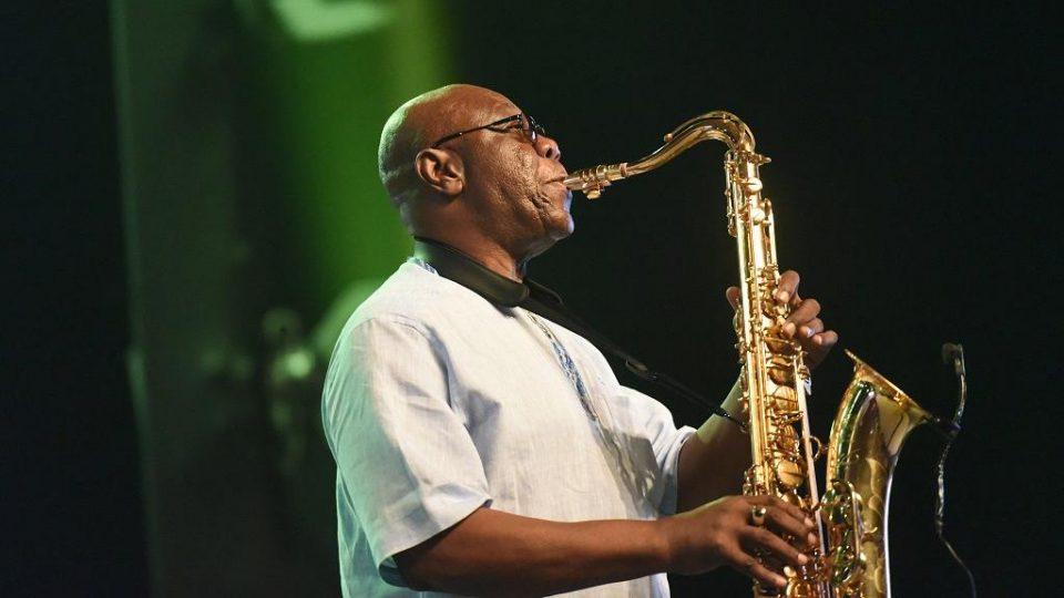 Легендарниот камерунски музичар Ману Дибанго почина од коронаврус