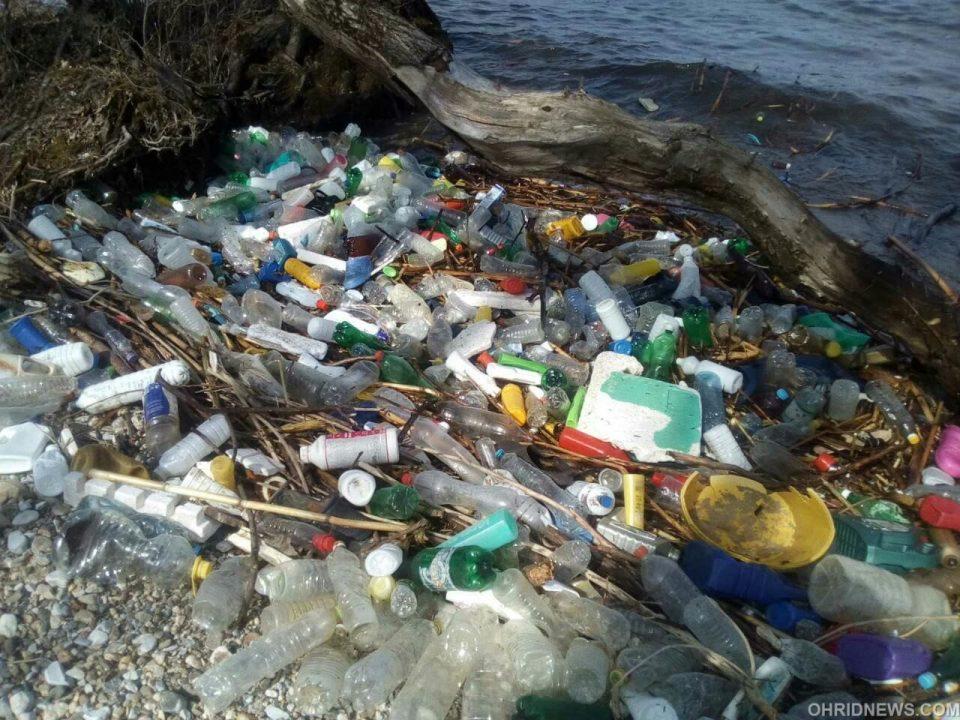 Пластика го прекри брегот на Охридското Езеро кај Љубаништа