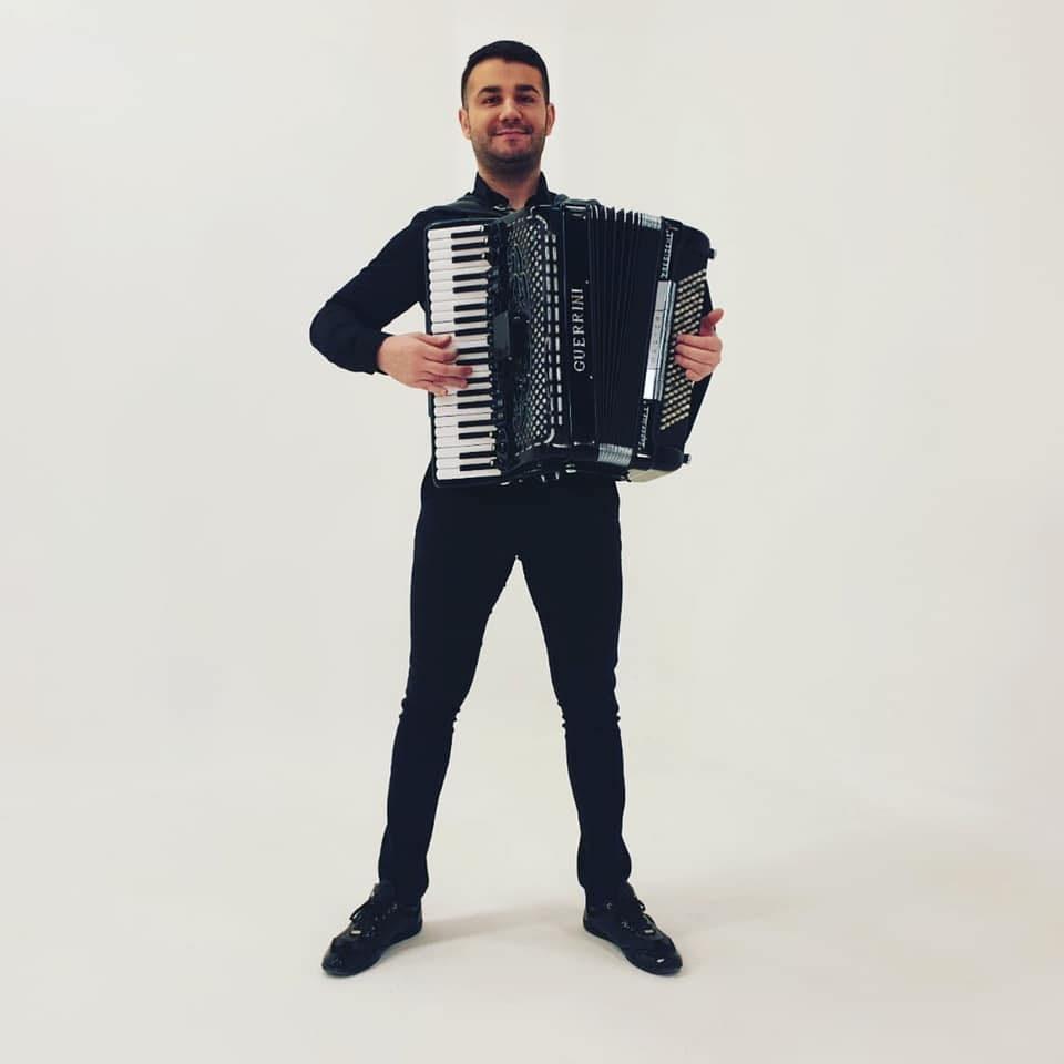 """""""Остани дома"""" со Марио Стојановски:  Да уживаме во убавите македонски и балкански песни"""