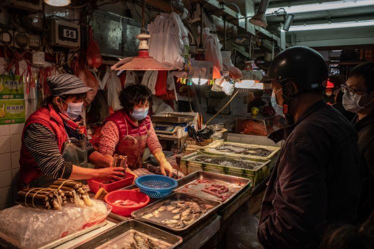 Продавачка на ракчиња на пазарот во Вухан е првиот пациент во светот заразен со ковид-19