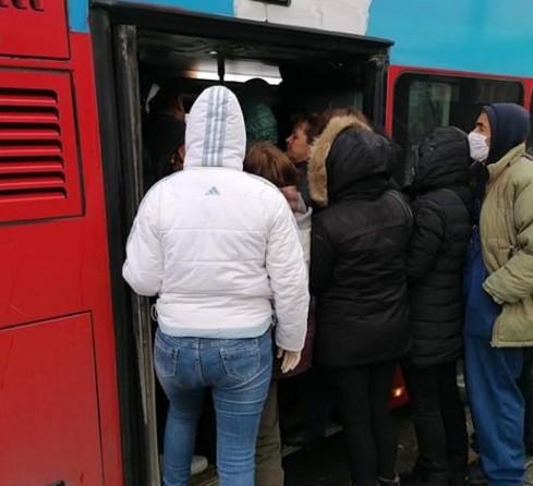 Како тоа би се извело во ЈСП: Научниците бараат да нема зборување во јавен превоз за да не се шири заразата
