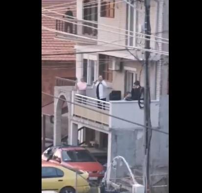 """""""Не е живот една жена"""": Нишлија во карантин направи """"концерт"""" на тераса"""