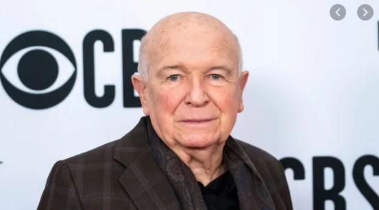 Драматургот Теренс Мекнели почина од коронавирусот