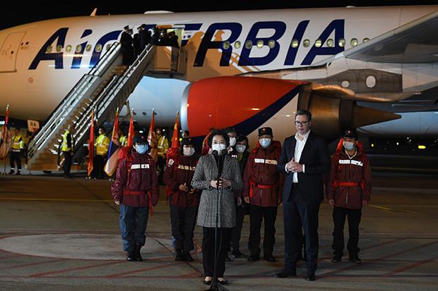 Вучиќ ја пречека помошта од Кина, на пакетите пишува: Челични пријатели, го делиме и доброто и злото!