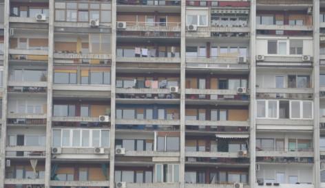Го фатило криза поради седењето дома: Од балкон испукал 25 куршуми во воздух
