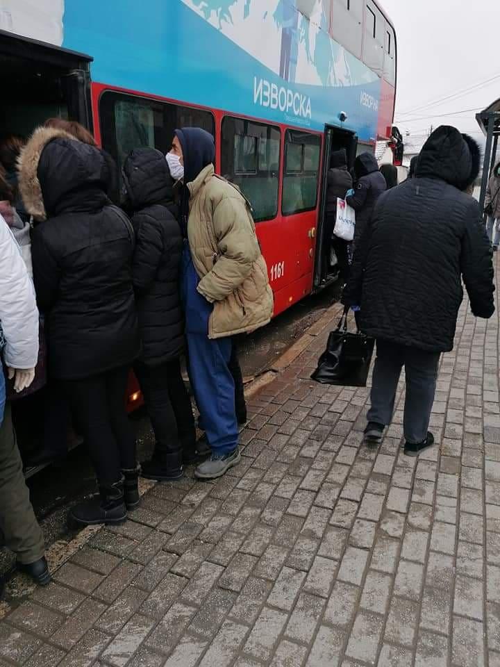 Редуциран превоз, автобусите полни, луѓето се тискаат како сардини