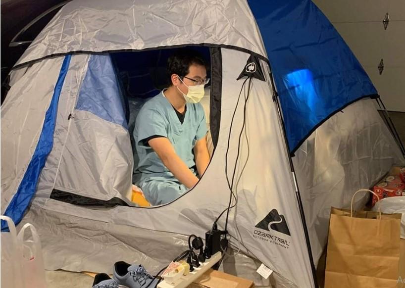 Доктор стана бездомник, се пресели во шатор во гаража за да не го зарази семејството