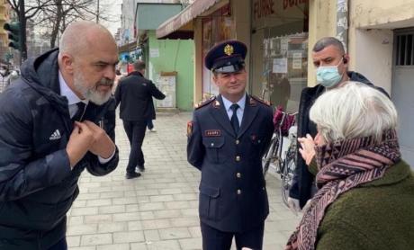 Еди Рама излезе на улица во Тирана да се расправа со пензионери кои не седат дома