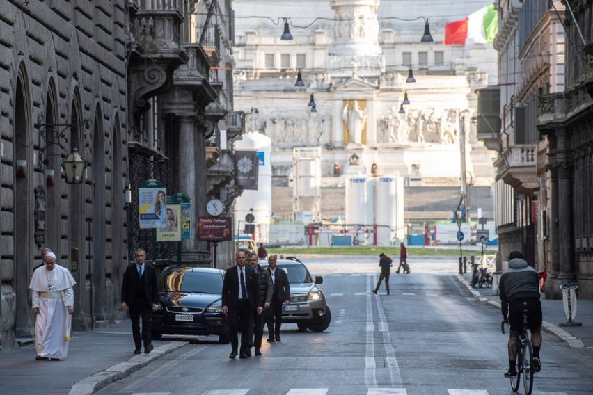 Папата сам шета низ пустите улици на Рим