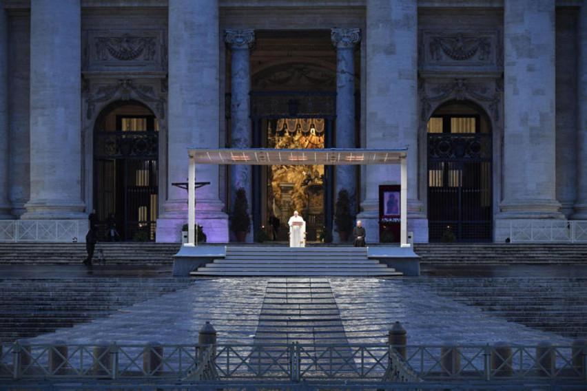 Папата на светот му прати порака од празниот плоштад Свети Петар: Пред вирусот сите сме во истиот чамец, сите