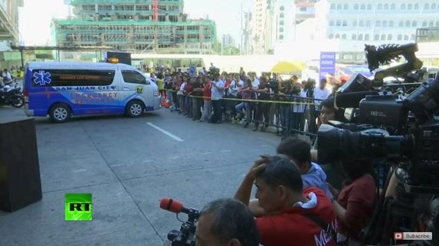 Вооружен напаѓач држи околу 30 заложници во трговски центар во Манила