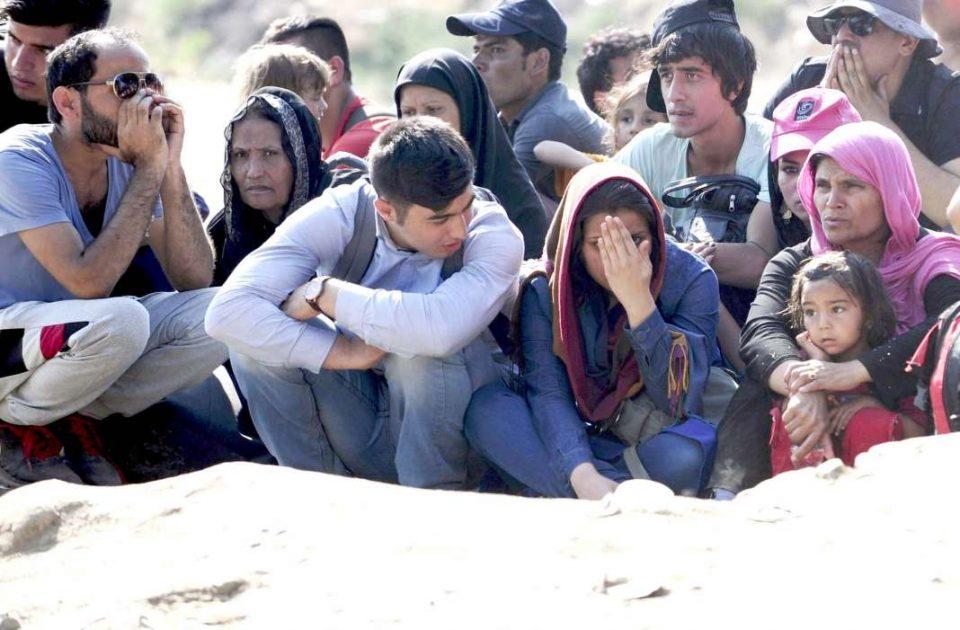 Мигрантите го празнат импровизираниот камп на грчко – турската граница