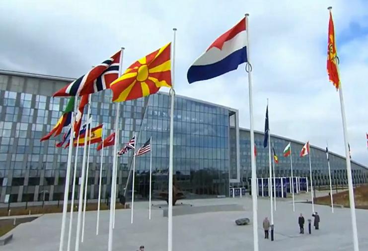 Македонското знаме кренато пред седиштето на НАТО во Брисел