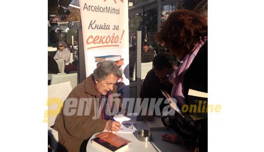 """Оливера Николова ја доби наградата """"Роман на годината"""" за """"Песот со тажен поглед"""""""