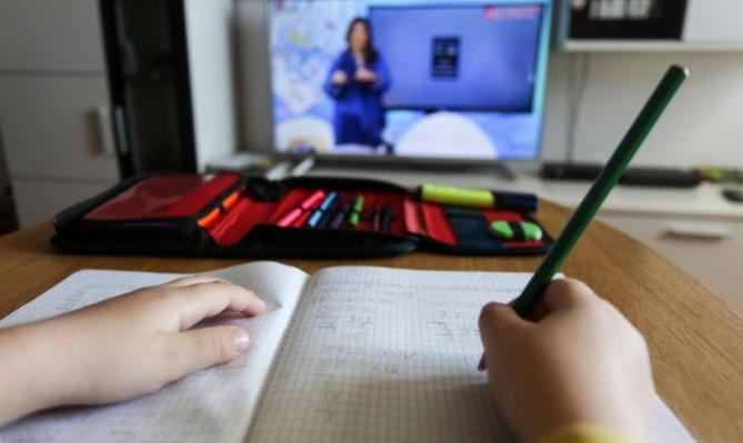 Наставниците кои имаат хронична болест ќе може да држат онлајн настава од дома
