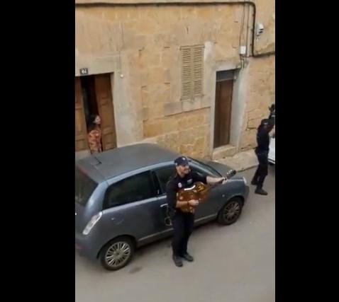 Шпанските полицајци патролираат со песна