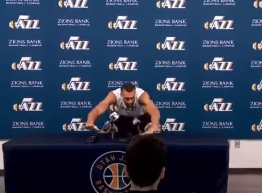 Пред три дена за инает фаќаше микрофони со рака, сега е првиот кошаркар со Ковид-19