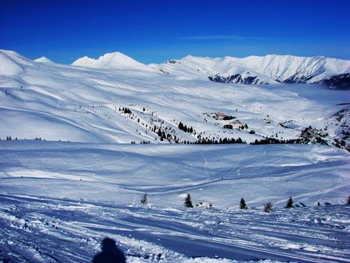 Зимата не се предава: Попова Шапка затрупана со снег