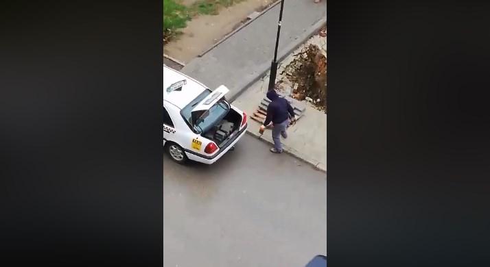 Taксист си товари бекатон плочки оставени покрај градилиште