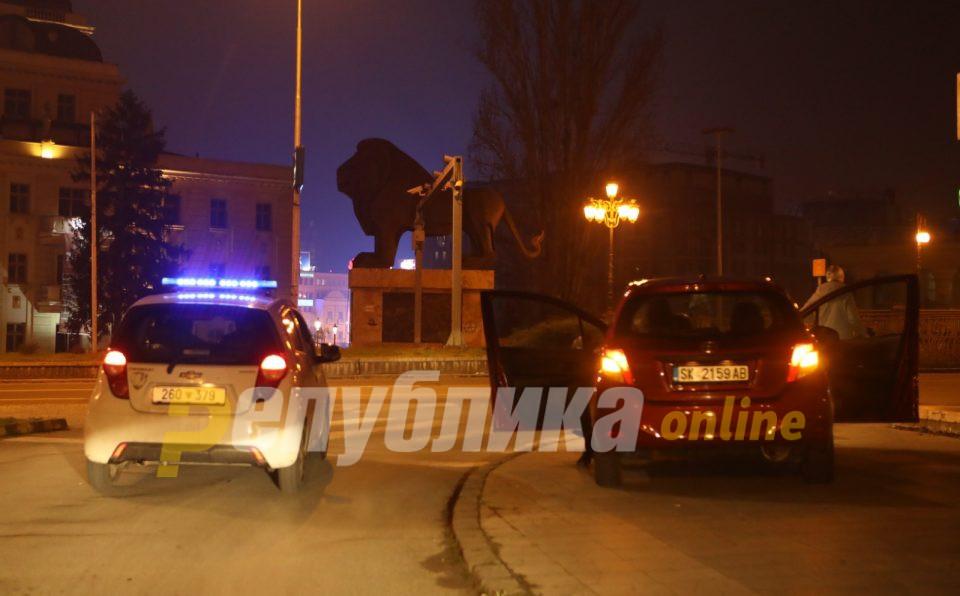 Казни по 2.000 евра за двајца скопјани што се шетале на повеќе места низ градот за време на полициски час