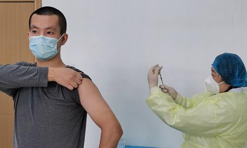 Доброволците кои примија вакцина против коронавирус во Русија се чувствуваат добро
