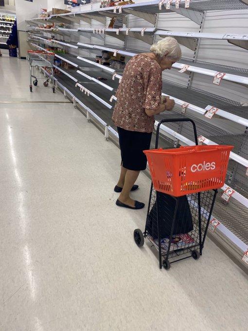 Паничното купување мора да запре: Бабичка плаче пред празните рафтови во супермаркет