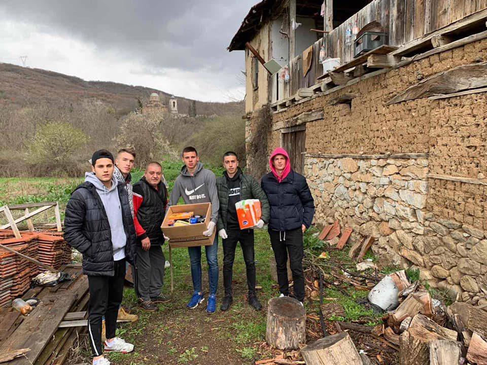 Македонската репрезентација до 19 години подели пакети со помош на семејства во Чаир и Скопска Црна Гора