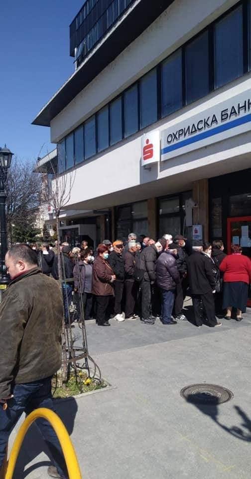 Пензионерите седми ден чекаат во ред да си ги земат пензиите во Охрид