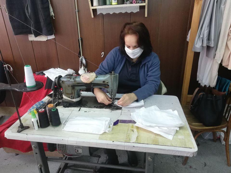 Народен театар Битола на Клиничката болница во Битола ќе и подари 300 заштитни маски сошиени од нивните шивачи