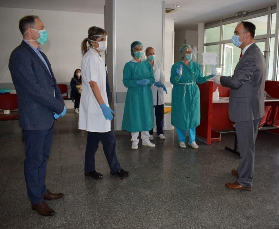 Министерот Чулев донираше заштитна опрема во неколку клиники