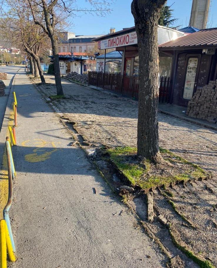 Охрид SOS: Општина Охрид нетранспарентно преку прередување на тротоарите, протна и сеча на дрворед