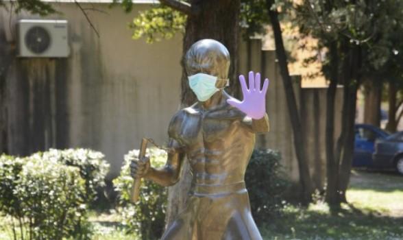 И Брус Ли доби маска за заштита од короната