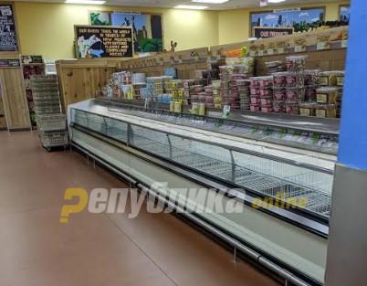 Полни продавници-празни рафтови: Чикако се уште во паника од корона вирусот