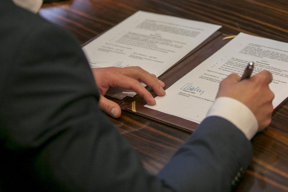 Манчевски и Хан потпишаа договор за пристапување на Северна Македонија кон ИСА2
