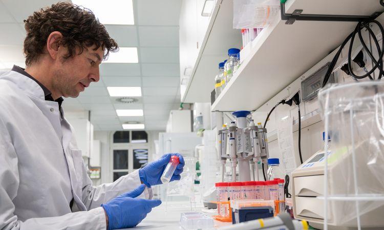 """""""Мини-блокадата"""" е единствен начин да се справивме со ширењето на коронавирусот, смета познатиот германски виролог"""