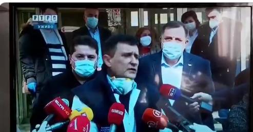 """Гафот на докторот кој го направи славен: """"Им се заблагодарувам на новинарите што на сите им донесоа дома коронавирус"""""""