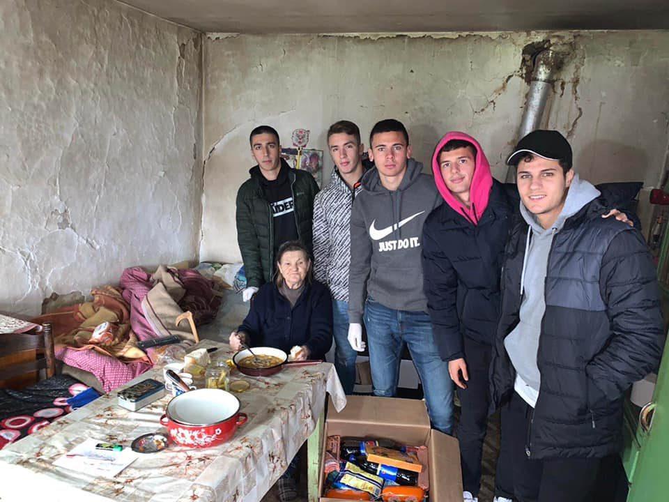 Македонската репрезентација до 19 години во хуманитарна мисија