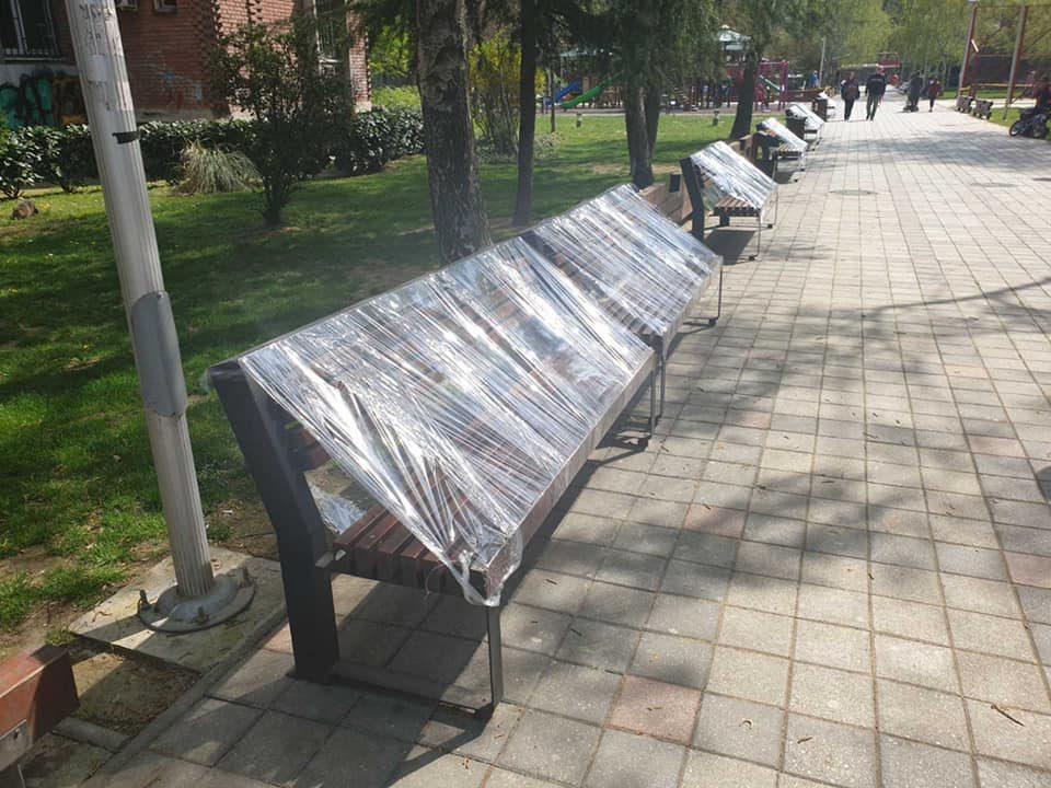 Најлони на клупите во Центар за да нема седење и групирање