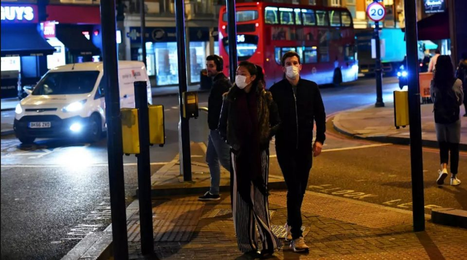 Британија воведува казни од по 10.000 фунти за непочитување на изолацијата