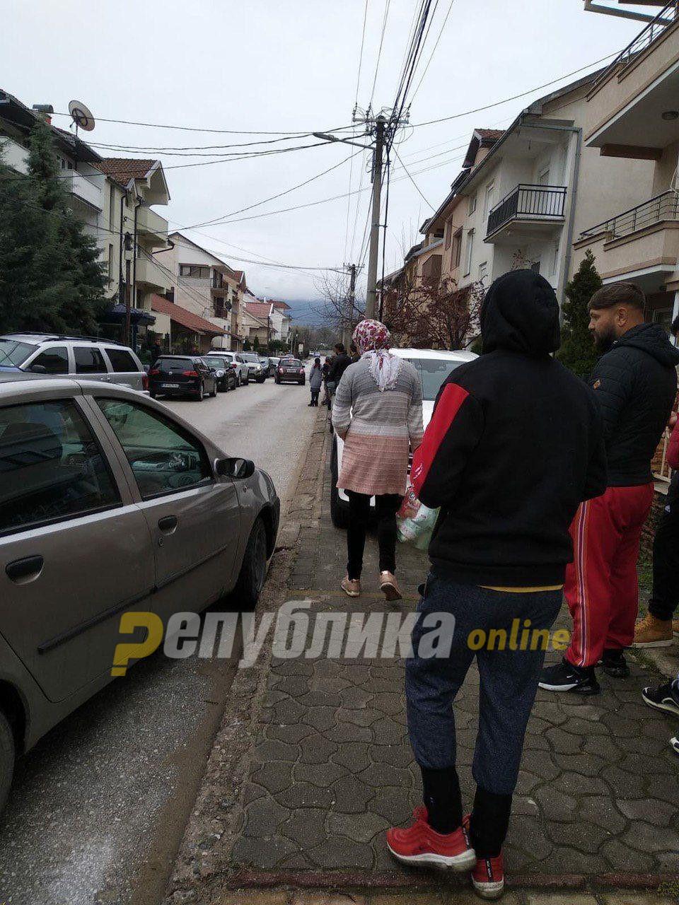 Хуманитарна помош или изборен поткуп: Брашно, компири и тоалетна хартија за Ромите во Струмица?!