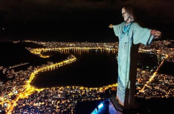 """Во Рио, Исус """"облечен"""" во лекарска униформа"""