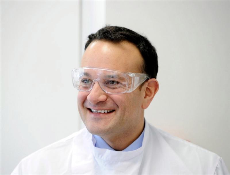Ирскиот премиер за време на пандемијата, се враќа на својата лекарска професија