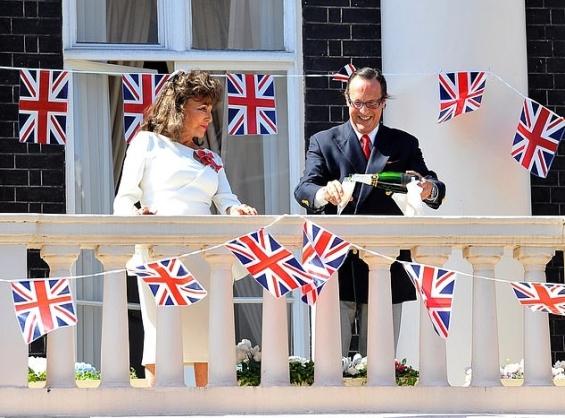 """Џоан Колинс и на 86 години е вистинска дама: Во Лондон од британското кралство доби орден и титулата """"Лејди"""""""