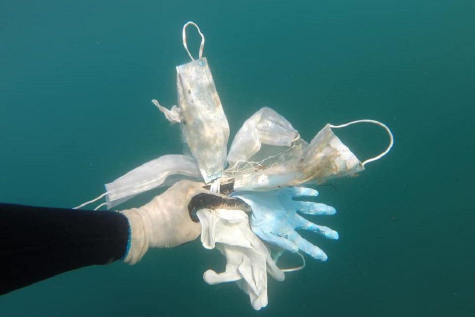Последици од пандемијата: Средоземно море е полно со маски и ракавици за една употреба