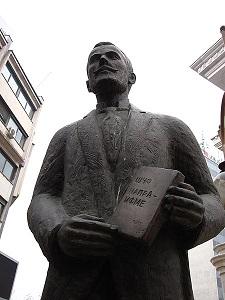 """МАНУ бара споменикот на Крсте Мисирков од плоштадот """"Пела"""" да се премести во нејзиниот двор"""