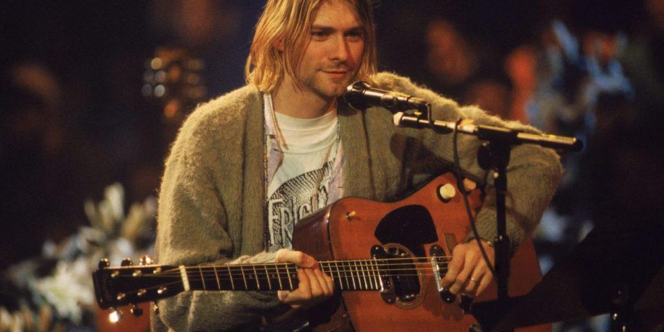 """Се продава гитарата на Курт Кобејн со која свиреше на легендарниот акустичен концерт на """"Нирвана"""""""
