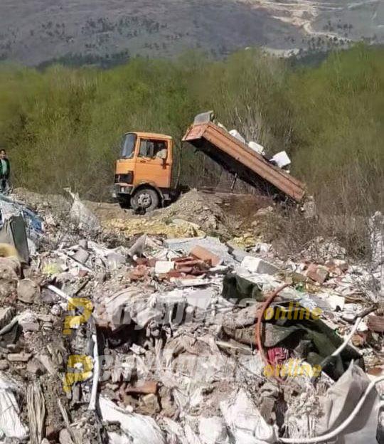 Kaмион ја полни дивата депонија, а бела течност се излива во Лепенец