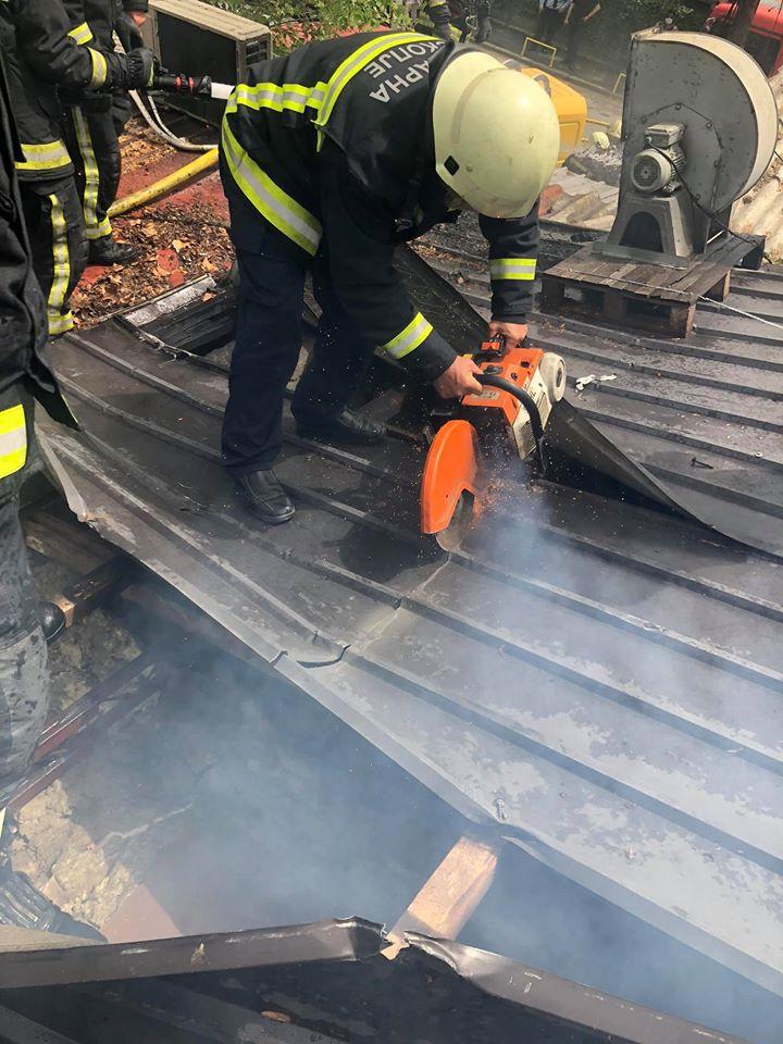 Гори куќа во Маџир Маало, три противпожарни возила го гаснат огнот